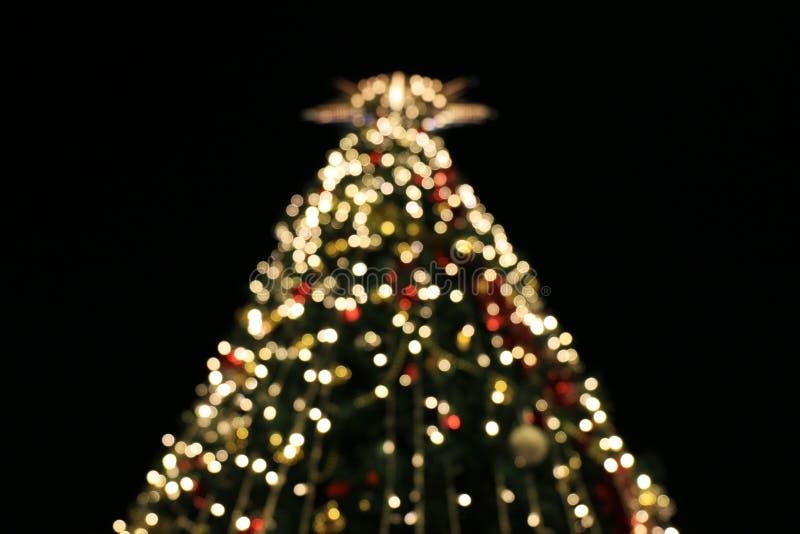El fondo borroso de la decoración del árbol de navidad con noche se enciende, celebración del día de fiesta de la Navidad, árbole fotos de archivo