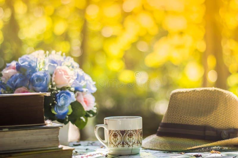 El fondo borroso, flor ahueca el café en la cafetería, parte posterior del sombrero imágenes de archivo libres de regalías