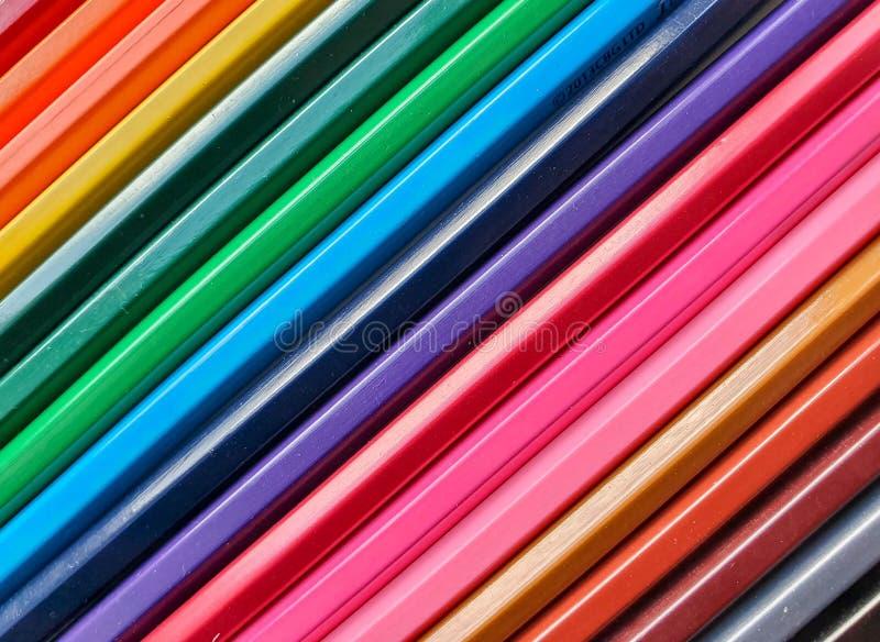 El fondo coloreado de madera de los lápices, se cierra encima del estilo del arco iris, disposición diagonal Copie el espacio par foto de archivo libre de regalías