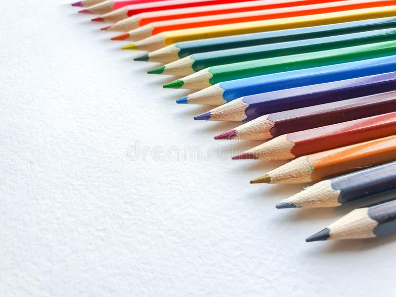 El fondo coloreado de madera de los lápices, se cierra encima del estilo del arco iris, disposición horizontal Copie el espacio fotografía de archivo