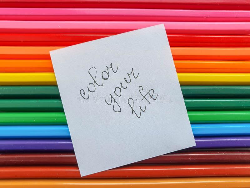 El fondo coloreado de madera de los lápices, se cierra encima del estilo del arco iris, disposición horizontal Copie el espacio C fotos de archivo libres de regalías