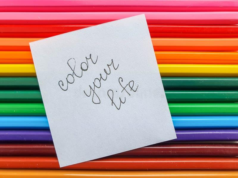 El fondo coloreado de madera de los lápices, se cierra encima del estilo del arco iris, disposición horizontal Copie el espacio C imagen de archivo libre de regalías