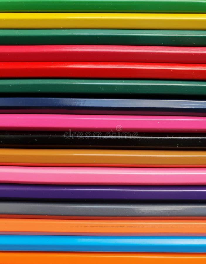 El fondo coloreado de madera de los lápices, se cierra encima del estilo del arco iris, disposición horizontal Copie el espacio p fotos de archivo libres de regalías