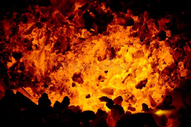 El fondo consiste en el carbón de antracita que está calentando para arriba en el centro foto de archivo libre de regalías