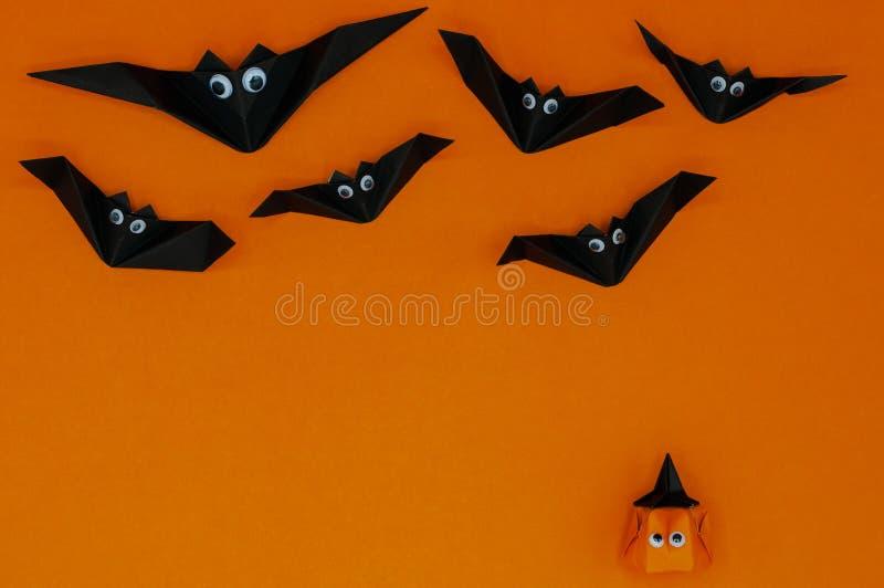 El fondo de Halloween de la papiroflexia de la Jack-o-linterna principal de la calabaza que mira para arriba los palos que vuelan foto de archivo