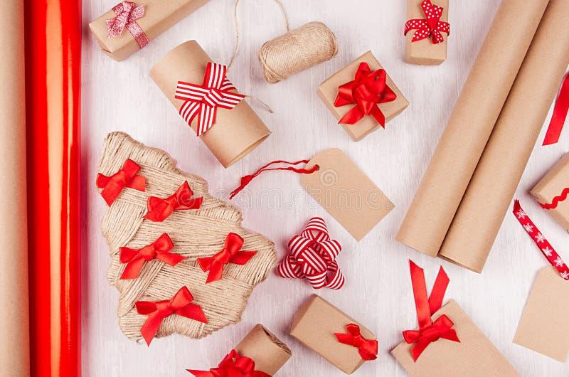 El fondo de la Navidad - cajas de regalo hechas a mano del eco del papel de Kraft, árbol, etiquetas, rueda el papel de embalaje,  fotos de archivo