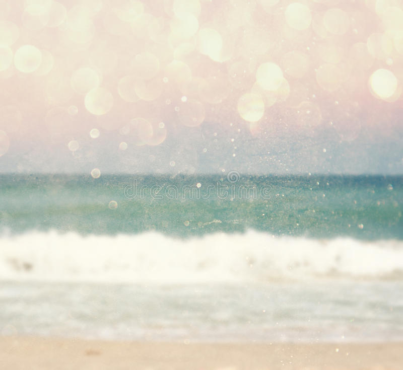 El fondo de la playa y del mar borrosos agita con las luces del bokeh, filtro del vintage foto de archivo