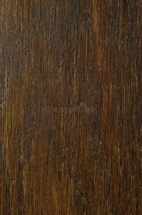 El fondo de la textura de la chapa del grano del roble, vertical natural del marrón del negro oscuro rasguñada texturizó el model fotos de archivo