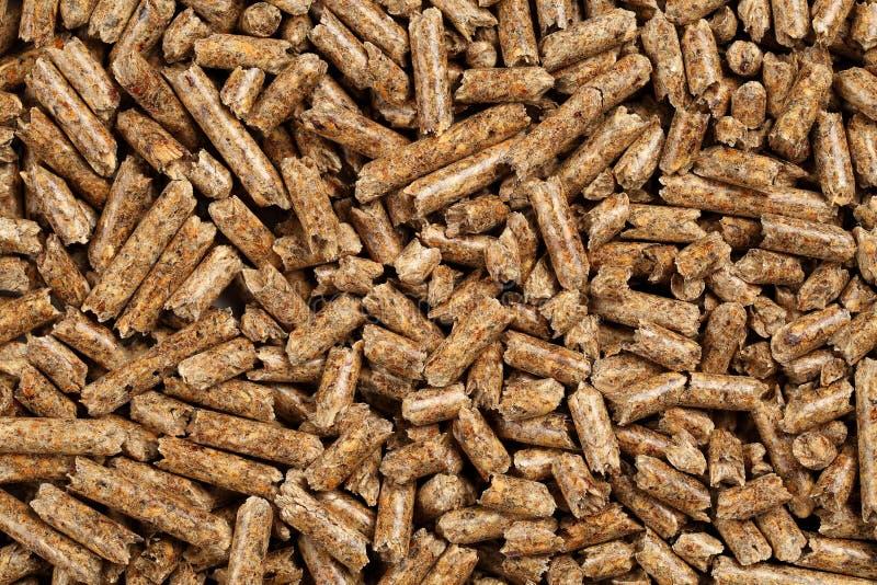 El fondo de las pelotillas de madera produjo del serrín y de las virutas de madera de pino, usados como ambientalmente combustibl imagenes de archivo
