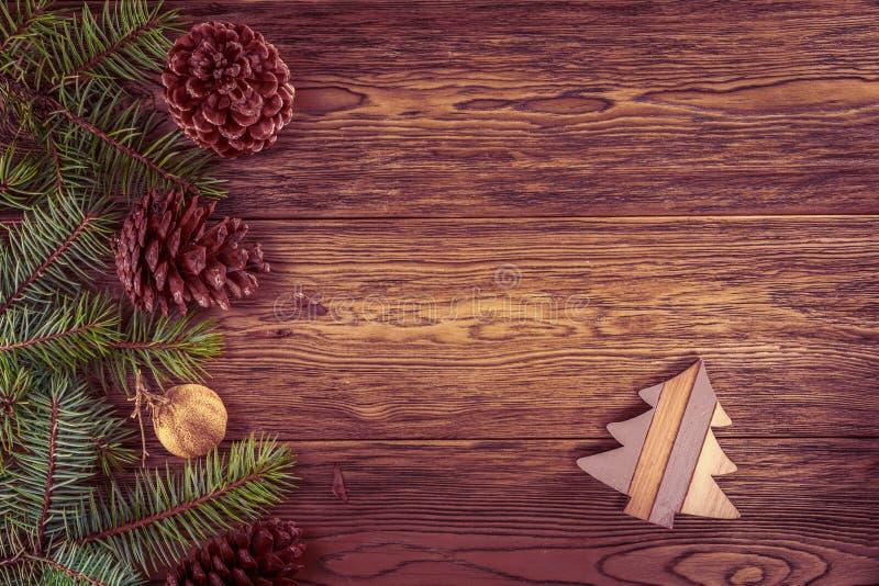 El fondo de madera con el abeto rama-entonó efecto Juguete de la Navidad imagenes de archivo