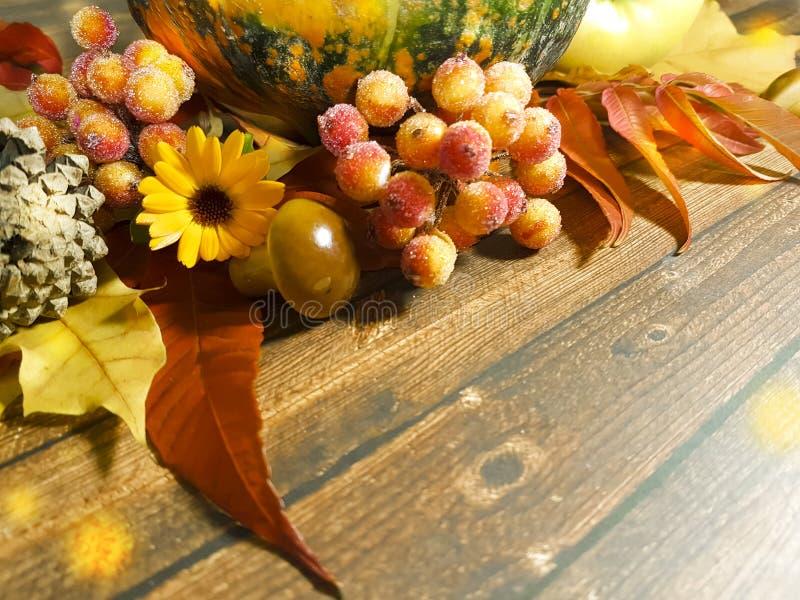 El fondo de madera sale del otoño noviembre de la composición de la calabaza de las manzanas fotografía de archivo