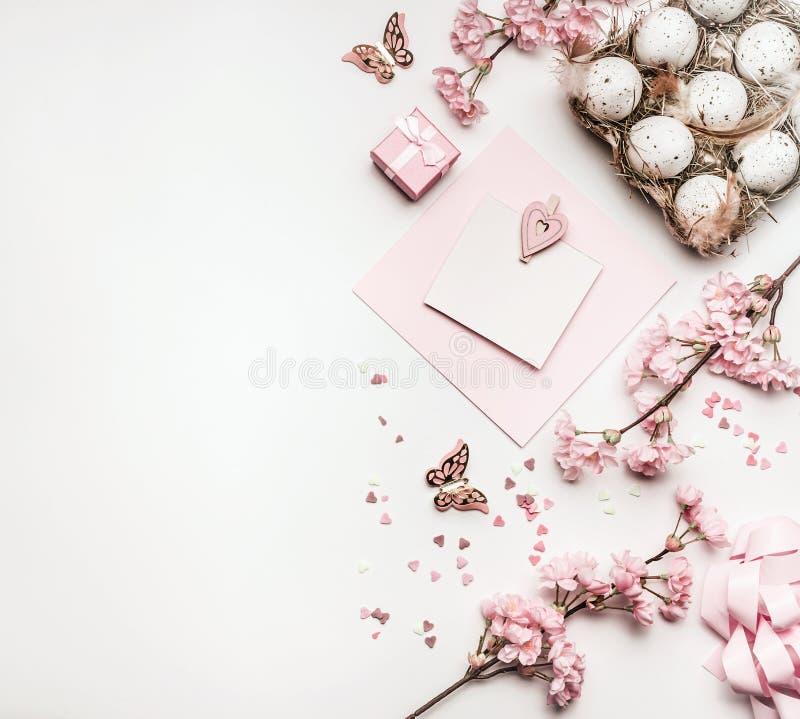 El fondo de Pascua con la endecha del plano de los huevos, regalos, decoraciones florece y esconde mofa de la tarjeta de felicita imagenes de archivo