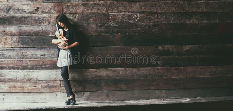 El fondo del diseño del arte abstracto de la señora y del violín, ella es violín del control y arco en sus brazos y cara de la vu foto de archivo libre de regalías