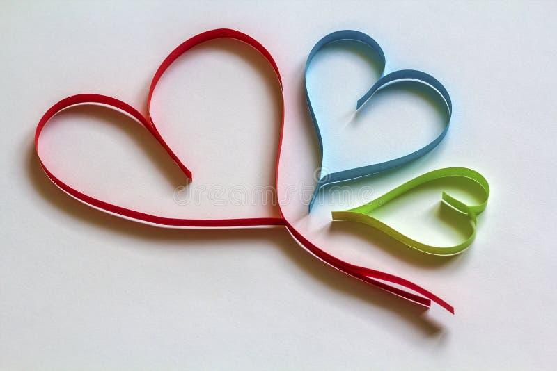 El fondo del extracto del día del ` s de la tarjeta del día de San Valentín con colorido de papel cortada oye foto de archivo