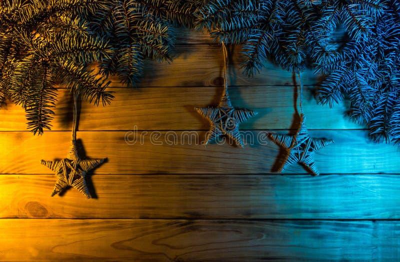 El fondo del pino chamuscado sube, con las ramas spruce azules, a h foto de archivo libre de regalías