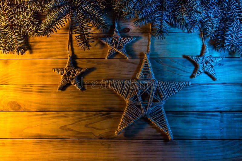 El fondo del pino chamuscado sube, con las ramas spruce azules, a h fotografía de archivo