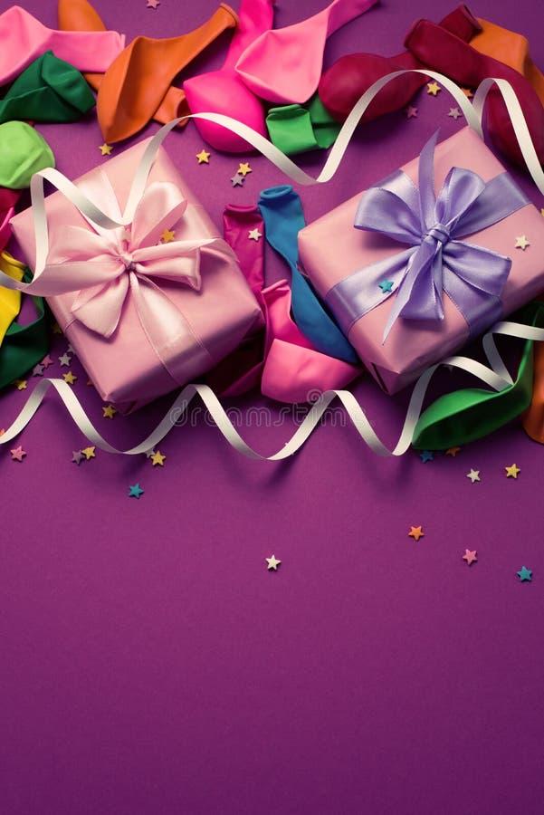 El fondo festivo de la remolque colorida material púrpura del confeti de las flámulas de los globos encajona el espacio de la cop fotografía de archivo libre de regalías