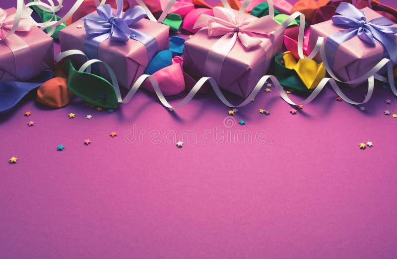 El fondo festivo del plano colorido material púrpura de la opinión superior del regalo de las cajas del confeti cuatro de las flá fotos de archivo libres de regalías