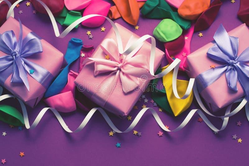 El fondo festivo del plano colorido material púrpura de la opinión superior del regalo de las cajas del confeti tres de las flámu foto de archivo
