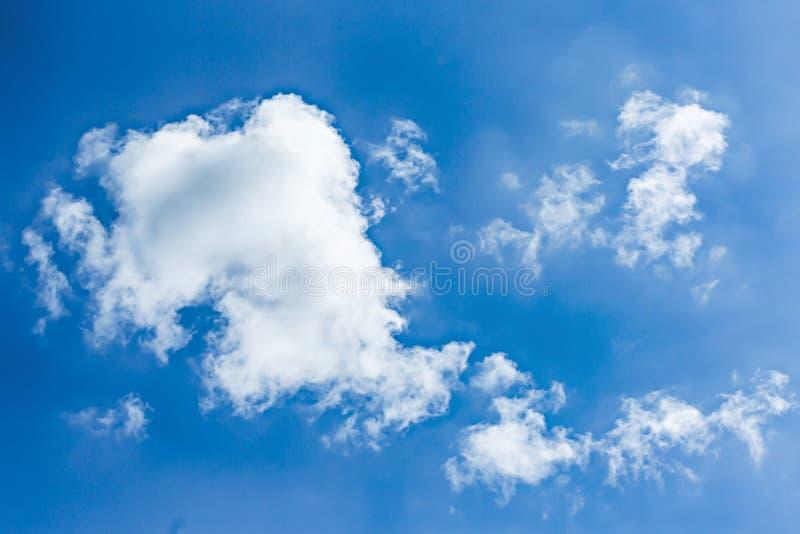 El fondo hermoso de las nubes del cielo azul y del blanco wallpaper fotografía de archivo libre de regalías