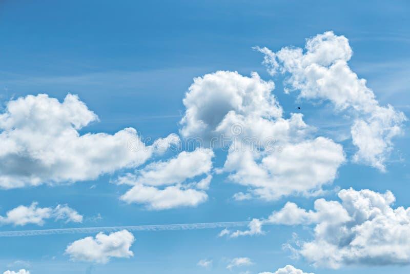 El fondo hermoso de las nubes del cielo azul y del blanco wallpaper fotos de archivo