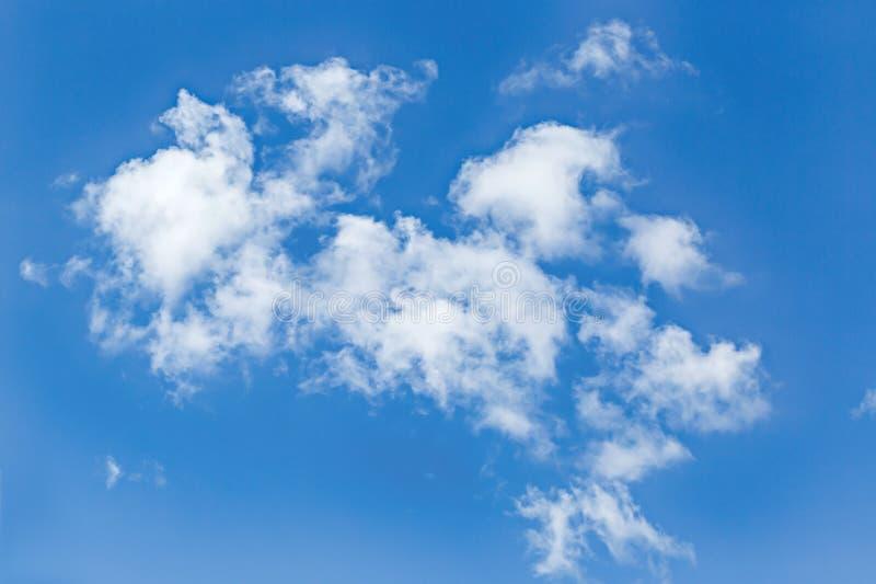 El fondo hermoso de las nubes del cielo azul y del blanco wallpaper fotos de archivo libres de regalías