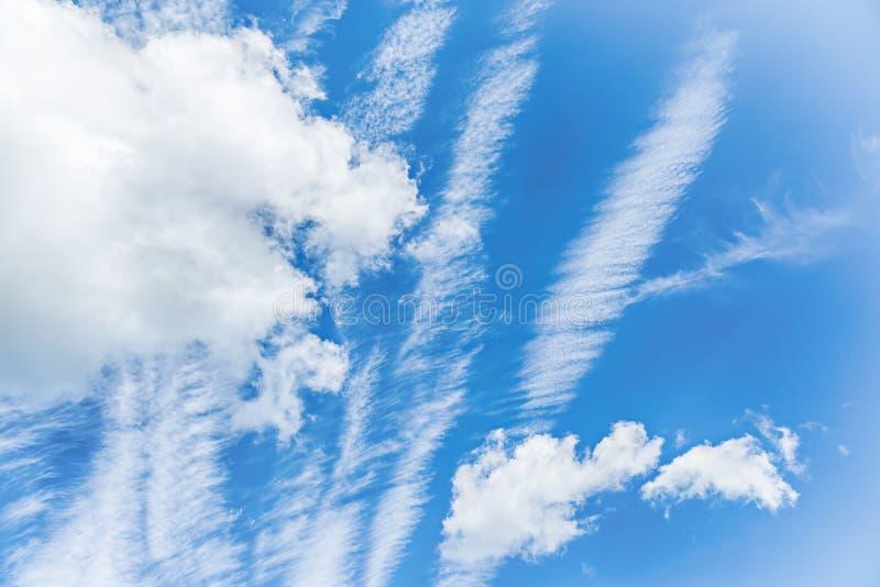El fondo hermoso de las nubes del cielo azul y del blanco wallpaper foto de archivo libre de regalías