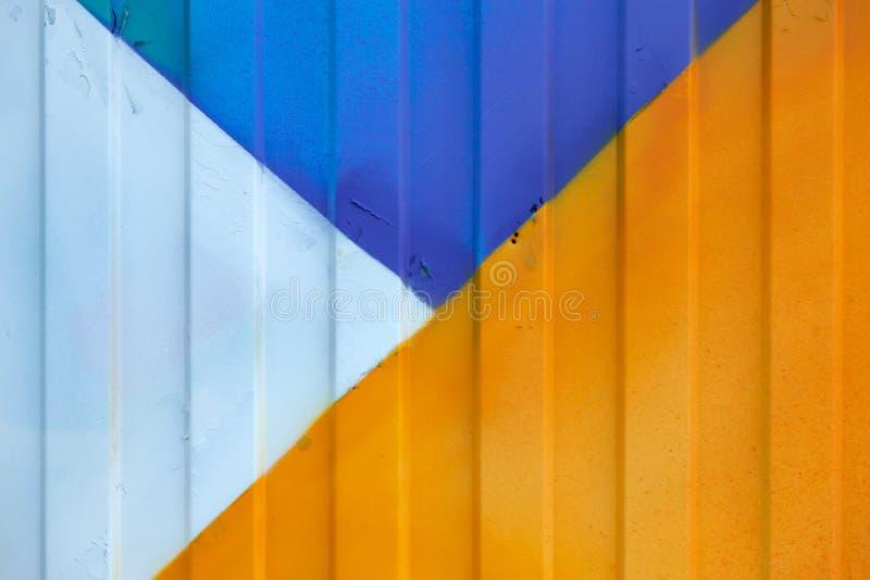 El fondo hizo del perfil del metal pintado en azul, amarillo y blanco en la cerca o el envase hecho excursionismo foto de archivo libre de regalías