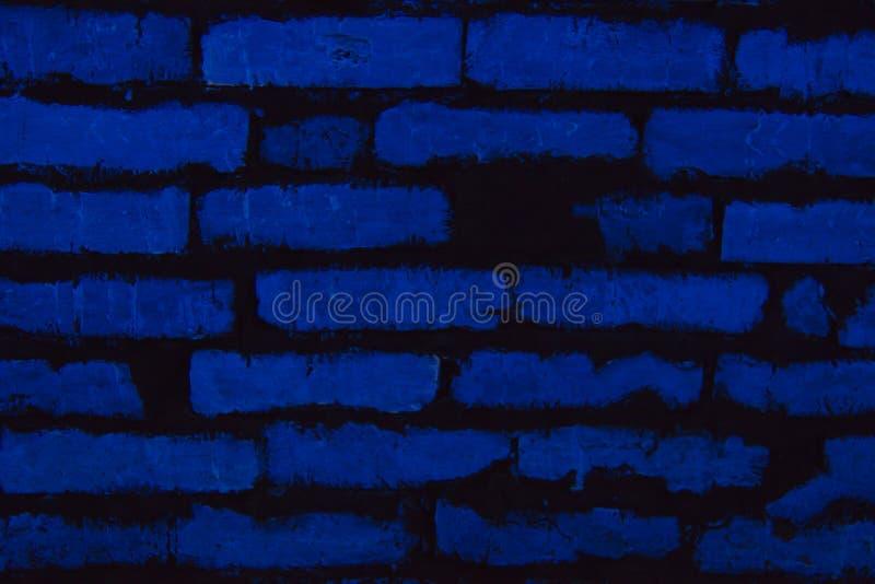 El fondo, ladrillos brilla con la luz de neón azul fotografía de archivo