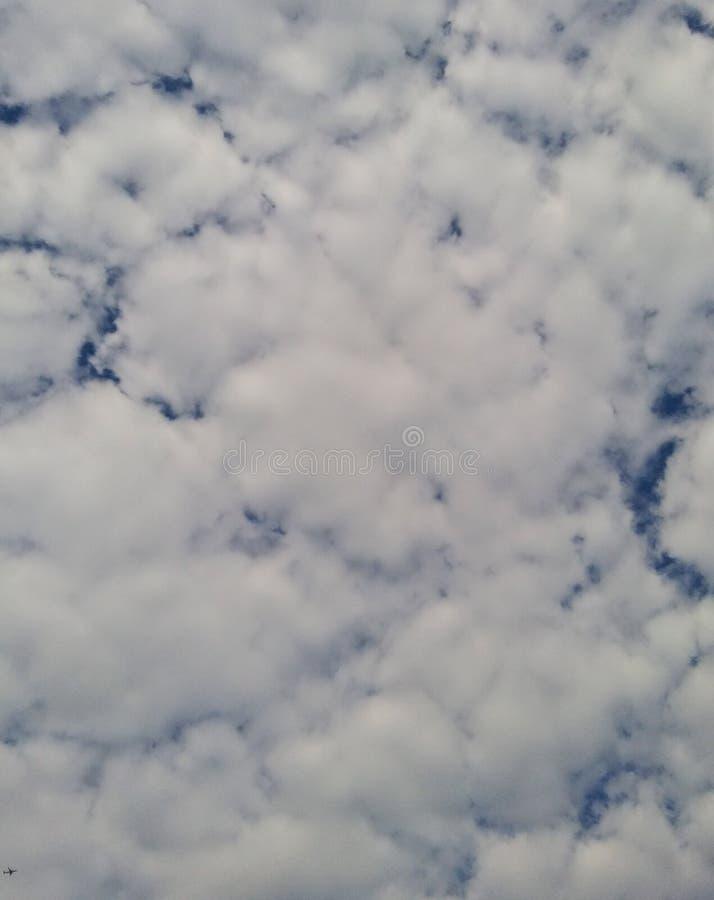 El fondo nublado blanco que sea la imaginación crea foto de archivo libre de regalías