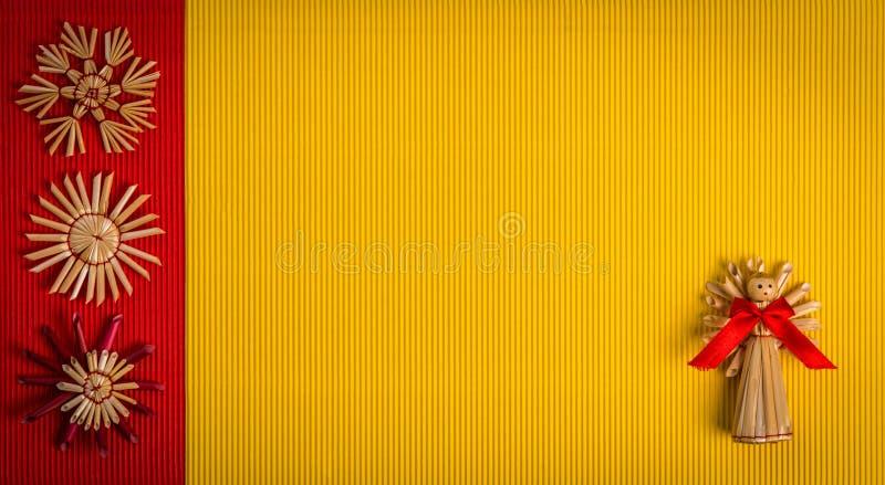 El fondo para el color de la decoración de la paja del día de fiesta de la tarjeta de felicitación de la Navidad, rojo y amarillo  fotografía de archivo