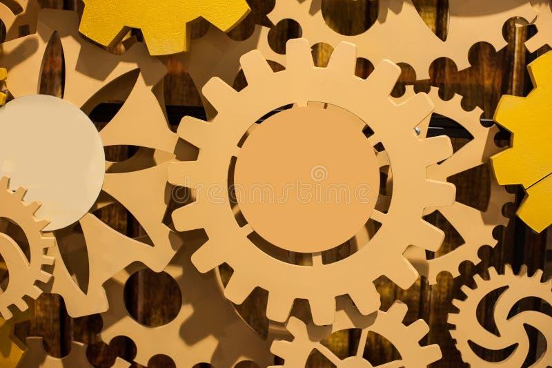 El fondo que consiste en los engranajes brillantes y concepto de las flechas indica fotografía de archivo