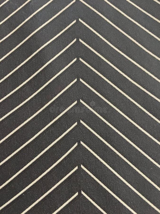 El fondo rayado parece modelo de la flecha, blanco y negro fotos de archivo