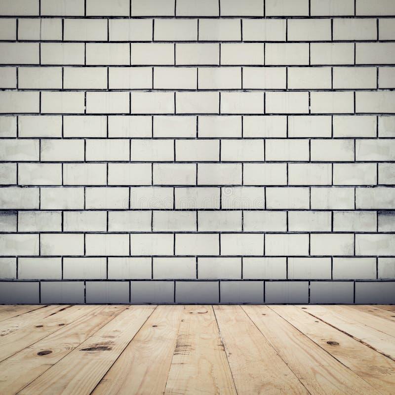 El fondo y la madera blancos de la pared de ladrillo del Grunge suelan el ro de la perspectiva foto de archivo