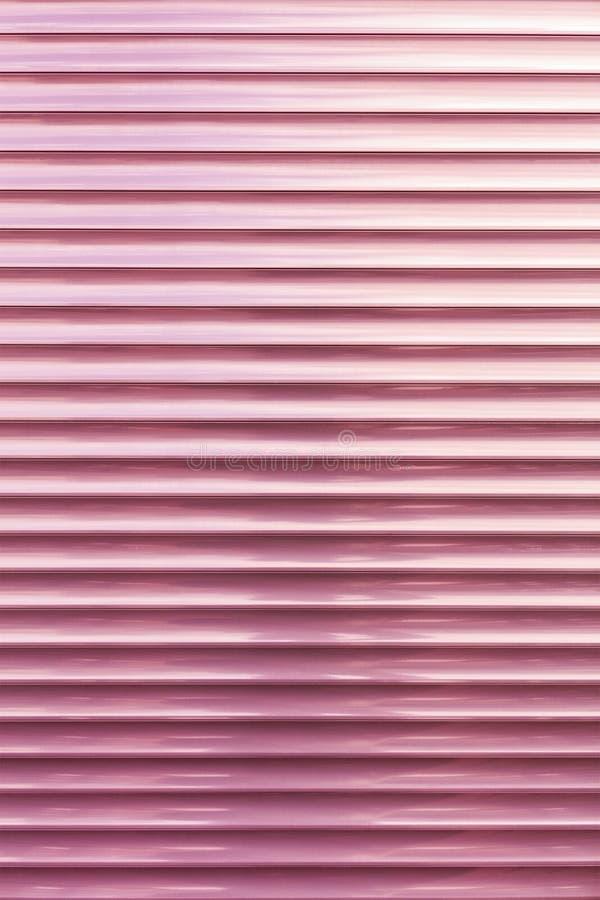 El fondo y la textura del metal ciega color coral-rosado fotos de archivo
