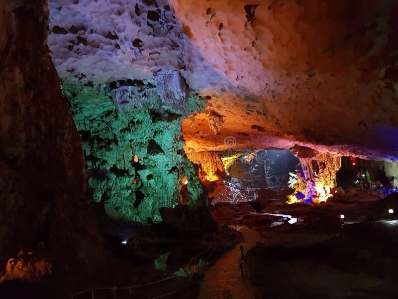 El formationsLimestone de la cueva oscila la bahía Vietnam de Halong imagen de archivo libre de regalías