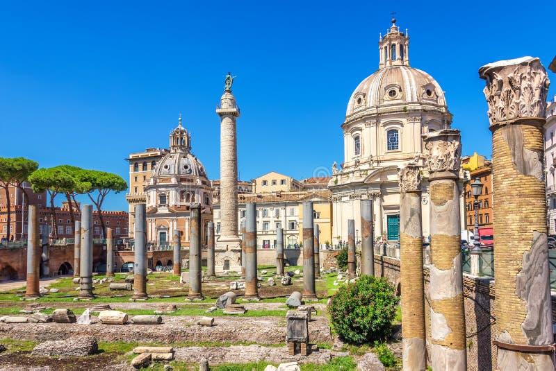El foro de Trajan, la columna y basílica Ulpia de Trajan en Roma imágenes de archivo libres de regalías