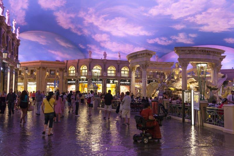 El foro del Caesars Palace hace compras en Las Vegas, nanovoltio el 26 de junio de 2013 imagen de archivo libre de regalías