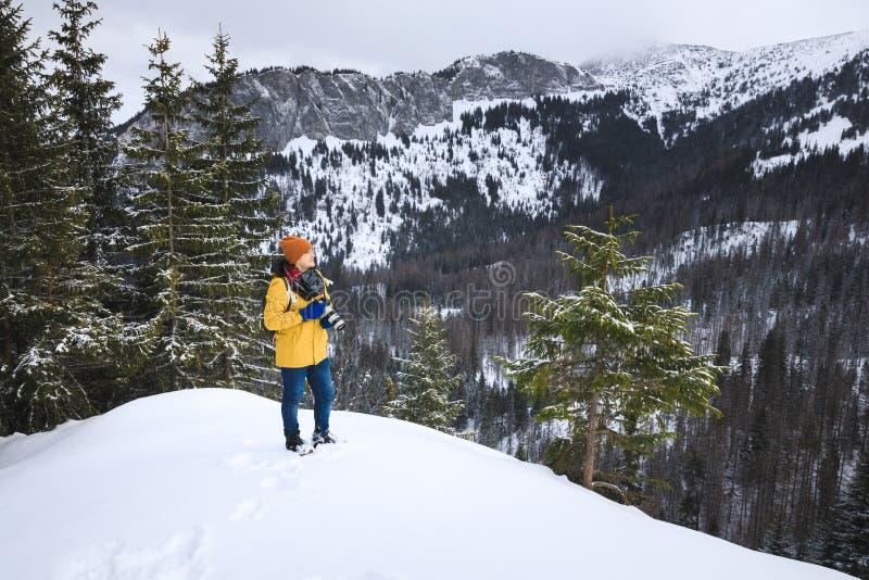 El fotógrafo con la cámara en el acantilado imágenes de archivo libres de regalías