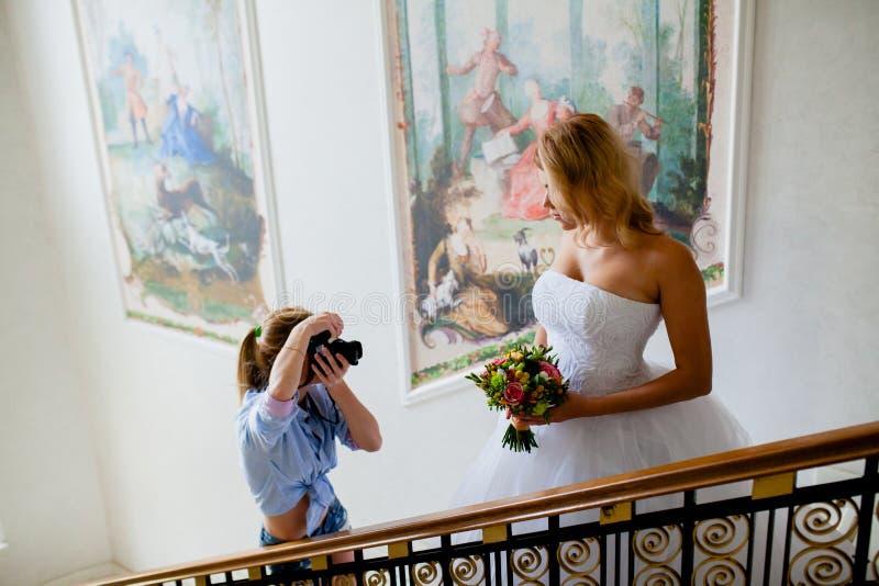 El fotógrafo de la boda está tirando el retrato de la novia foto de archivo