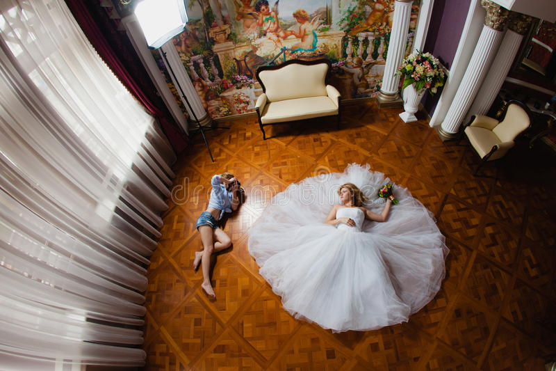 El fotógrafo de la boda está tomando a imágenes la novia fotografía de archivo