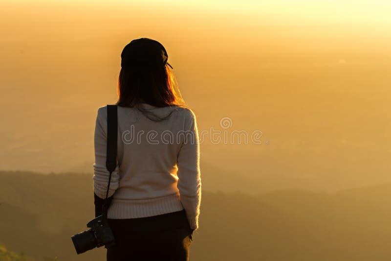 El fotógrafo de la mujer profesional ve la montaña fotografía de archivo libre de regalías