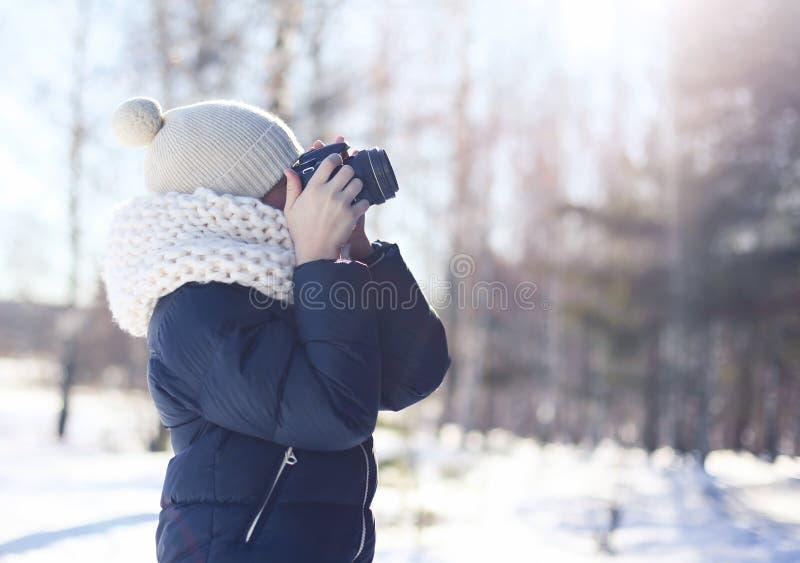 El fotógrafo del niño toma la imagen en la cámara digital al aire libre foto de archivo