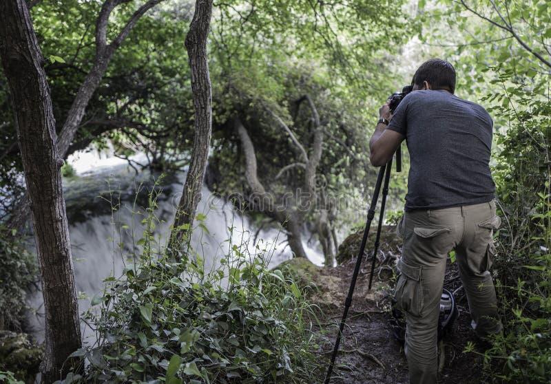El fotógrafo está haciendo la imagen de cascadas imagen de archivo libre de regalías