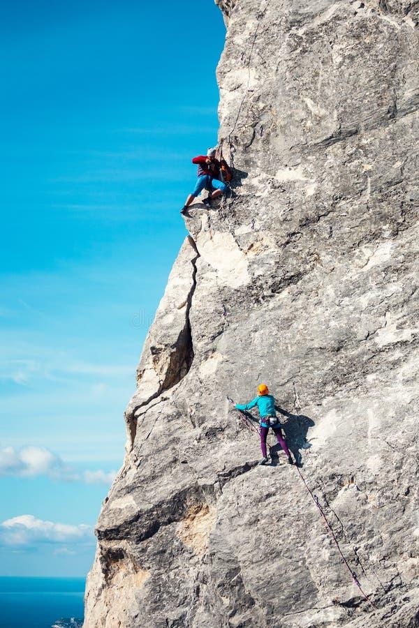 El fotógrafo está tomando las imágenes del escalador fotografía de archivo libre de regalías