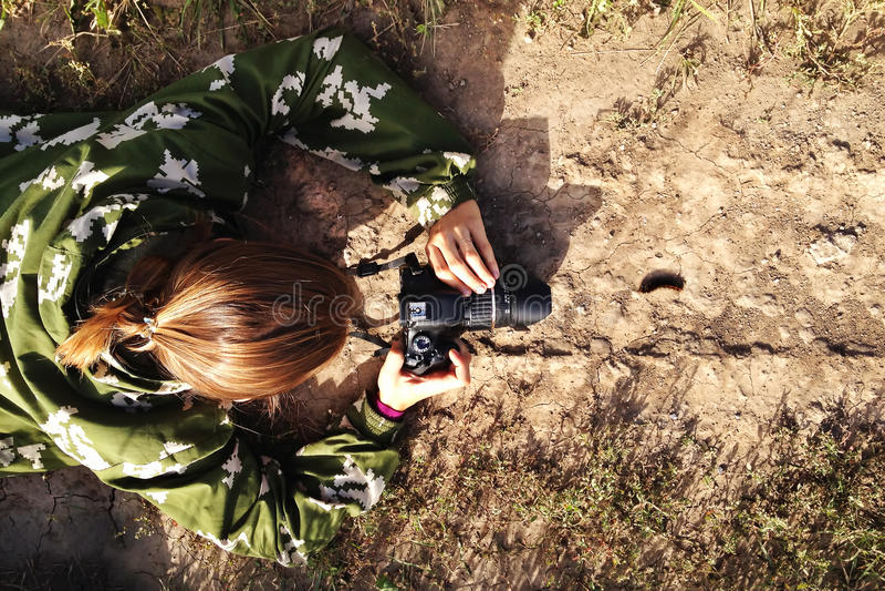 El fotógrafo está tomando una foto de la oruga que camina en el camino imágenes de archivo libres de regalías