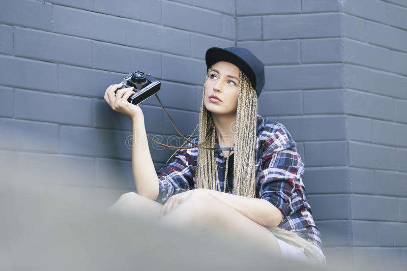 El fotógrafo hermoso joven de la mujer está sosteniendo la cámara imágenes de archivo libres de regalías