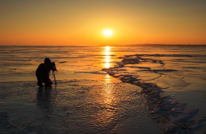 El fotógrafo toma imágenes en el hielo fotos de archivo libres de regalías
