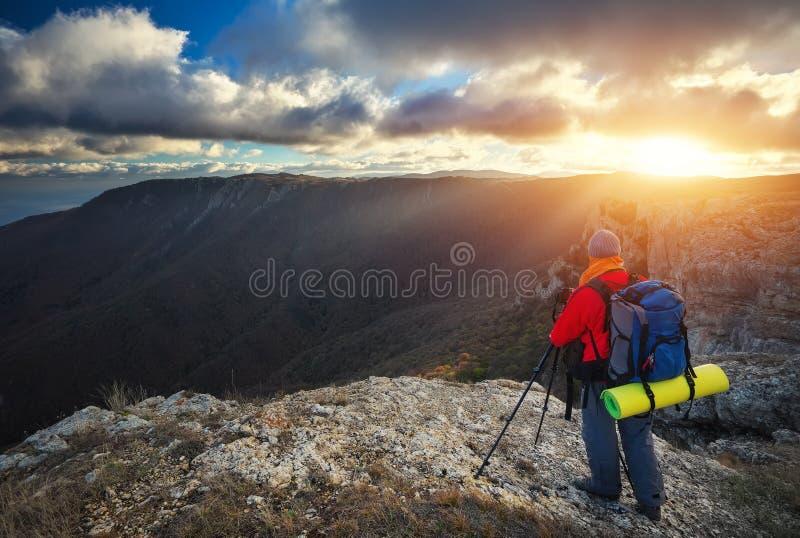 El fotógrafo toma imágenes encima de la montaña en otoño imágenes de archivo libres de regalías