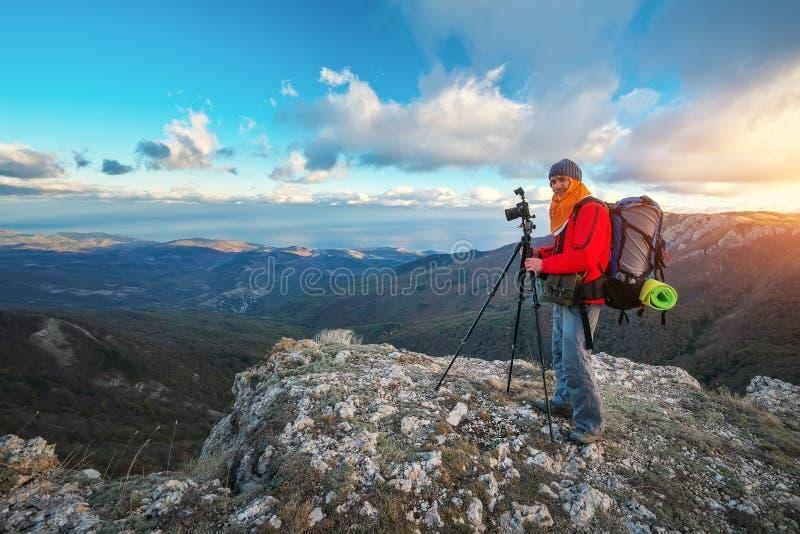 El fotógrafo toma imágenes encima de la montaña en otoño imagen de archivo libre de regalías